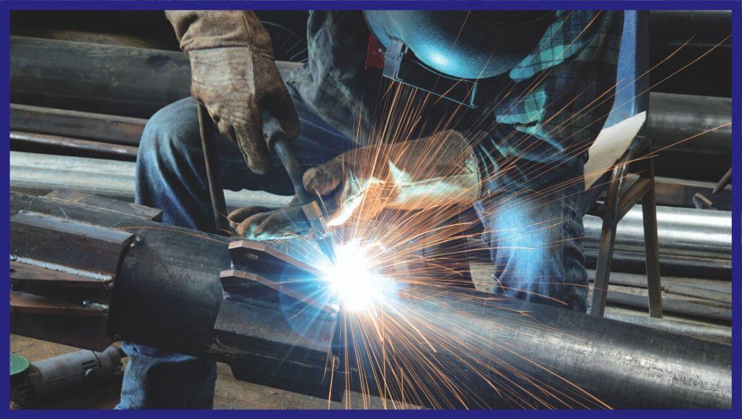 operaio-che-fa-Manutenzione-degli-impianti-industriali